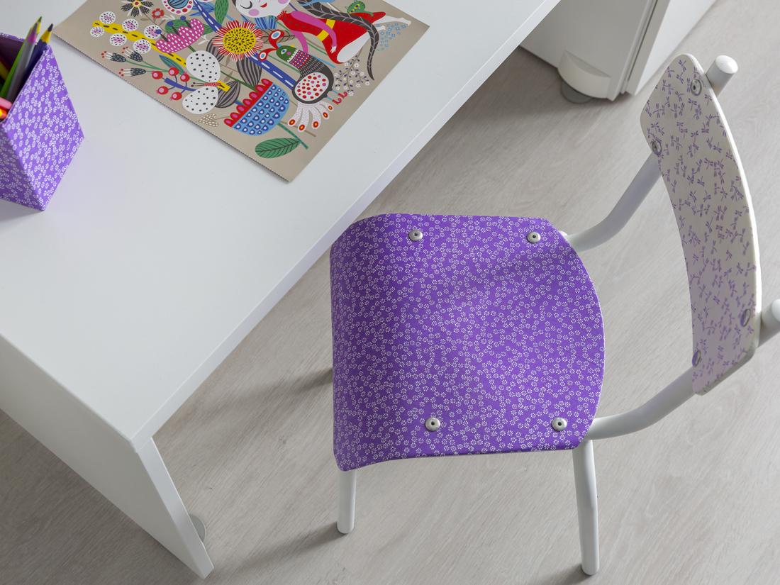 Détail de la chaise dans une chambre de petite fille bleue indigo