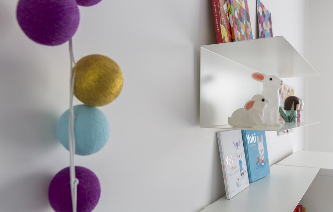 Chambre bleue pour une petite fille détail bureau