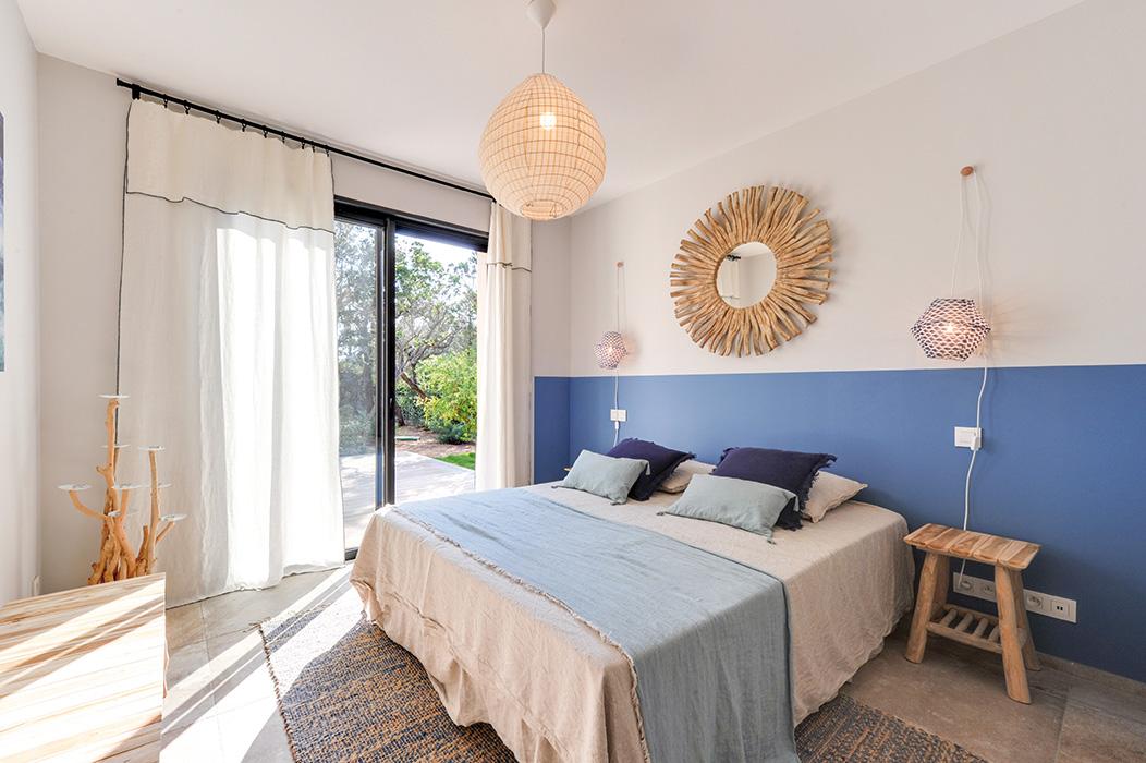 chambre-mer-bleu-indigo-bois-flotté