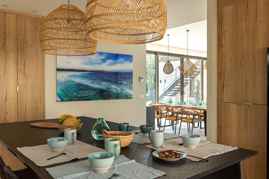 cuisine-ouverte-maison-vaisselle-suspension-xxl-bambou