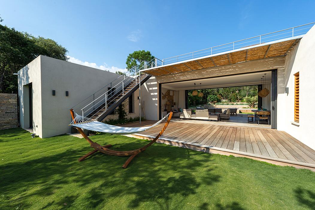 jardin-maison-de-vacances-terrasse-salon-ouvert