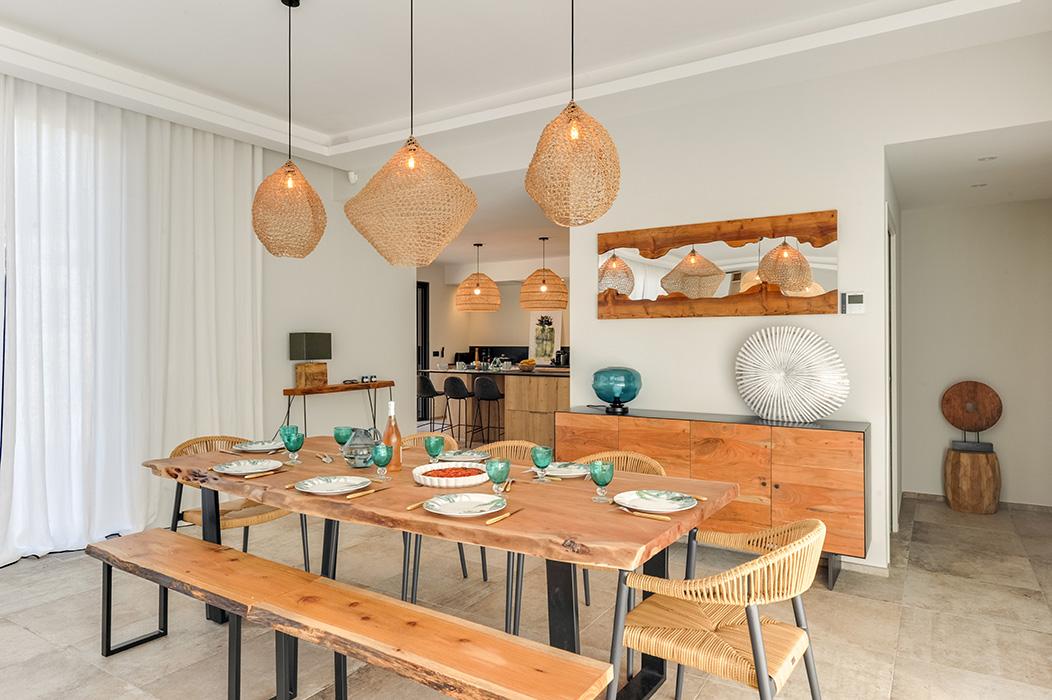 salle-à-manger-banc-fauteuils-paille-bois-buffet-miroir-sur-mesure