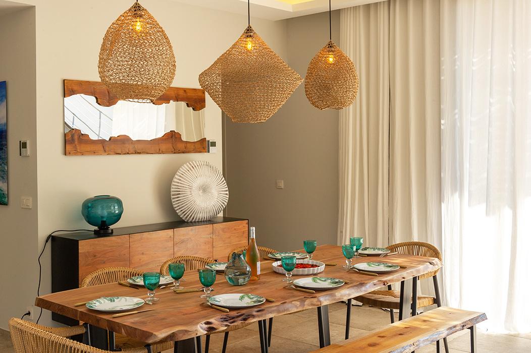 table-salle-à-manger-bois-suspensions-macramé-fil-de-papier