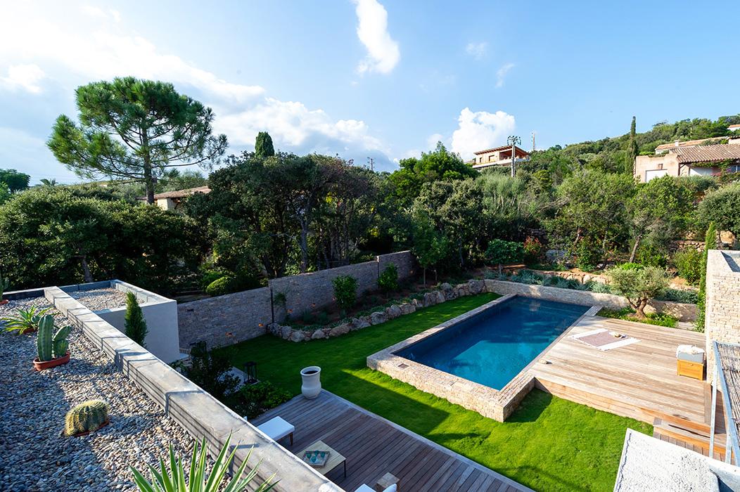 vue-depuis-toit-sur-la-piscine-