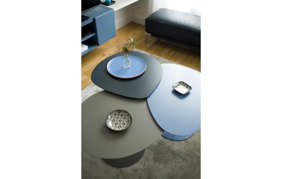 Appartement chic bleu détail tables basses gigognes