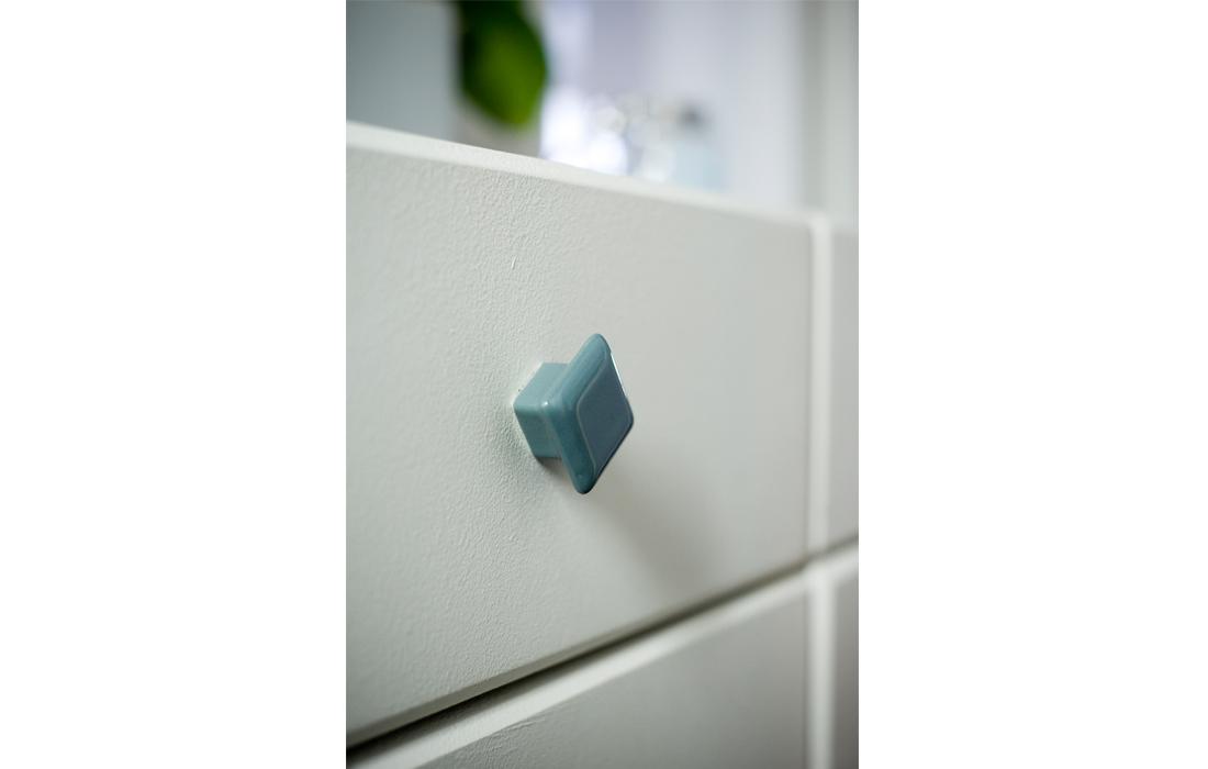 Appartement chic bleu entrée détail bouton tiroirs