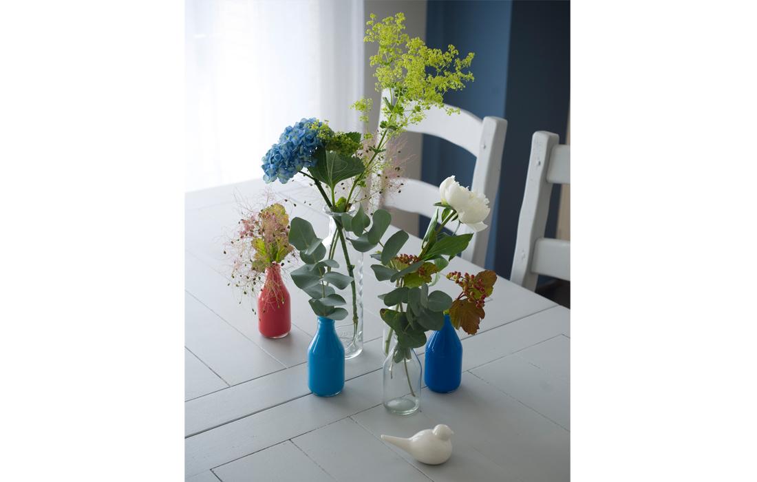 Salle à manger  stylisme vases appartement chic bleu