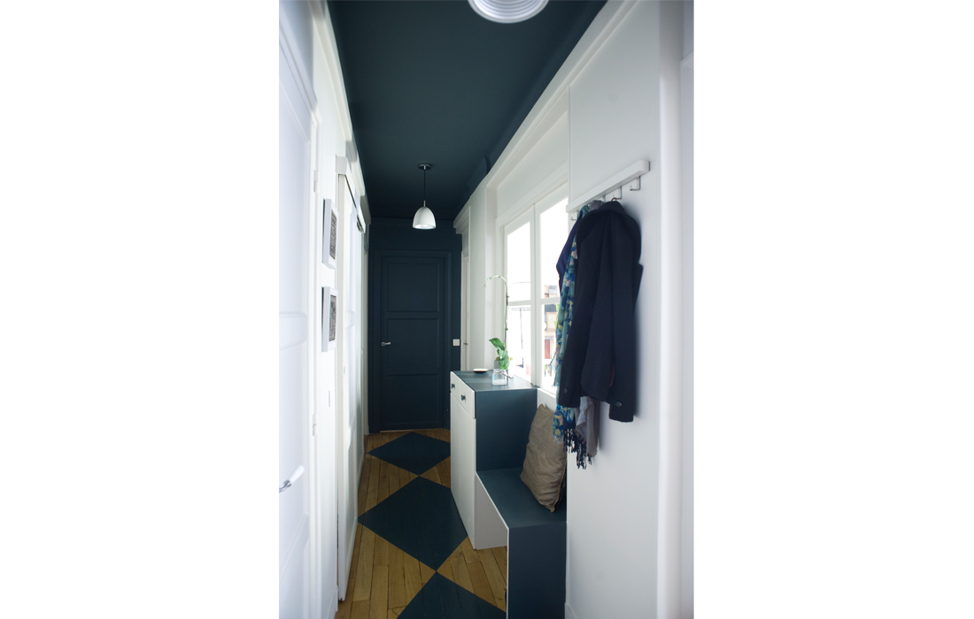 Appartement chic bleu entrée damier