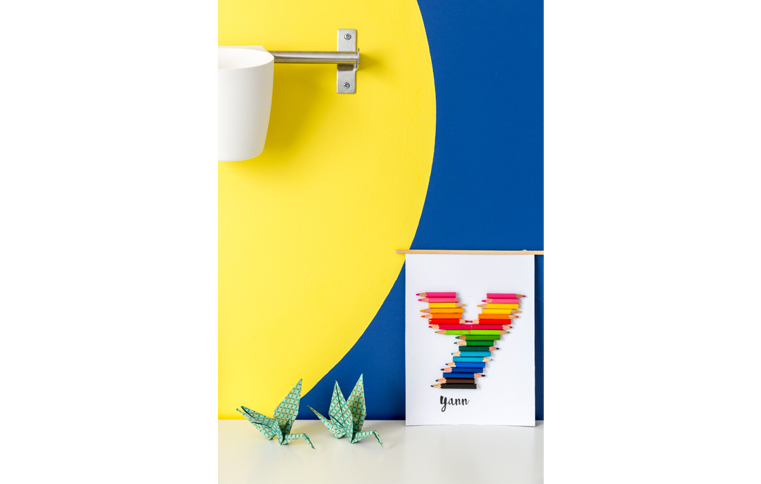 Chambre garçon bleu et jaune coin bureau détail Prénom