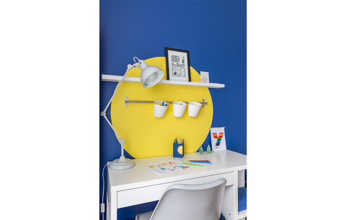 Chambre garçon bleu et jaune coin bureau