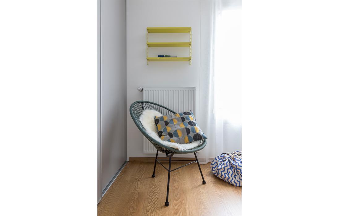 Chambre garçon bleu et jaune fauteuil fils scoubidou