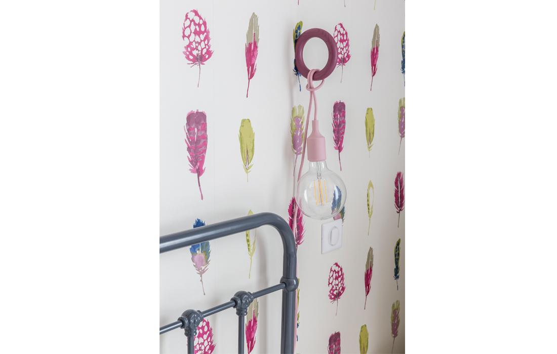 Détail décoration chambre rose fille papier peint lampe balade