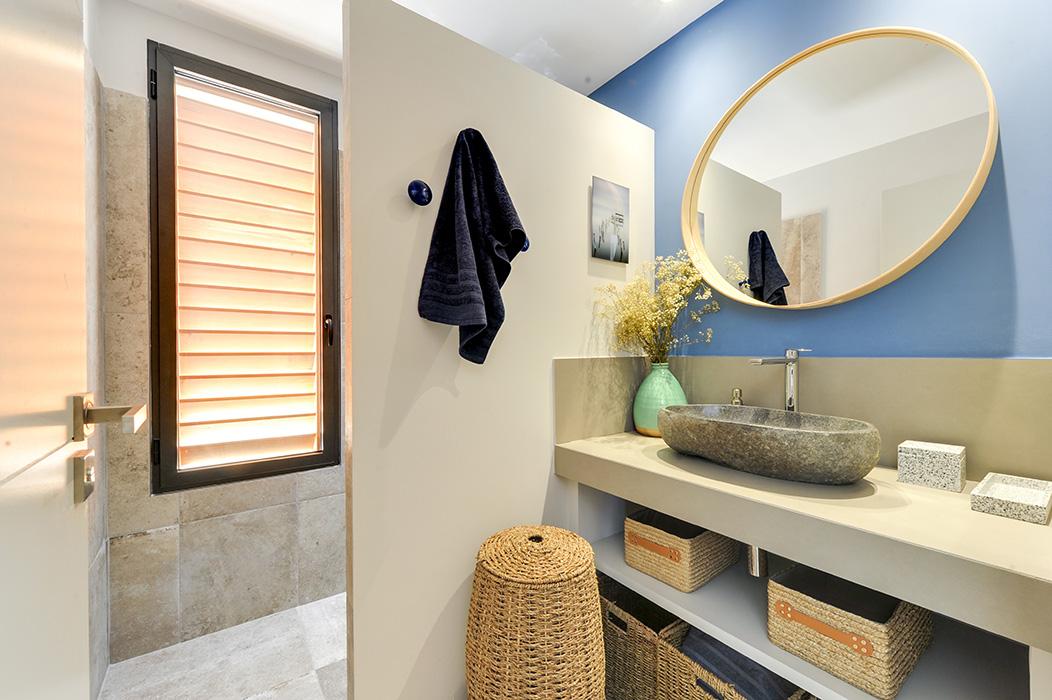 salle-d'eau-bleu-indigo-bois-miroir-vasque-pierre – copie