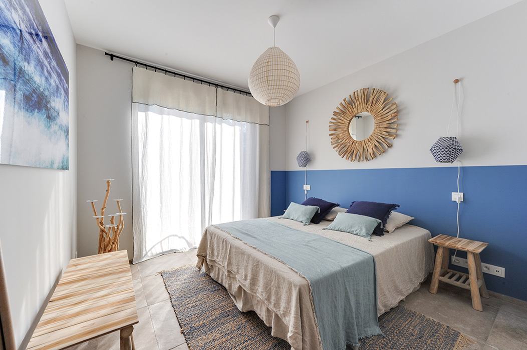 salle-d'eau-bleu-indigo-bois-miroir-vasque-pierre