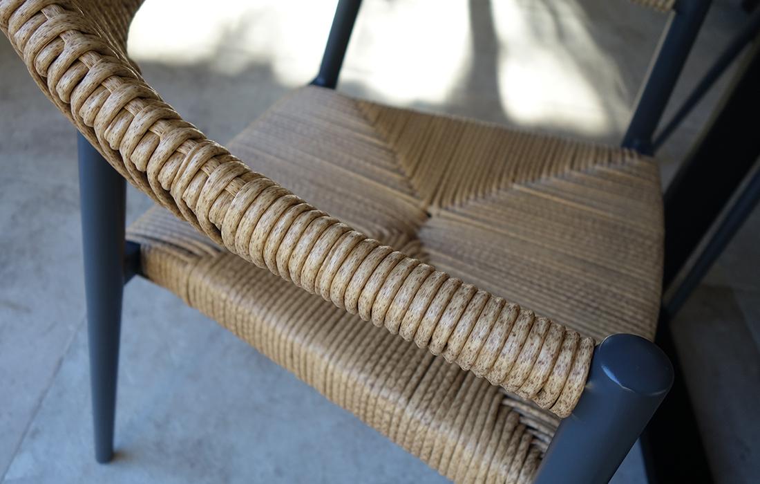 détail-fauteuil-imitation-osier-séjour