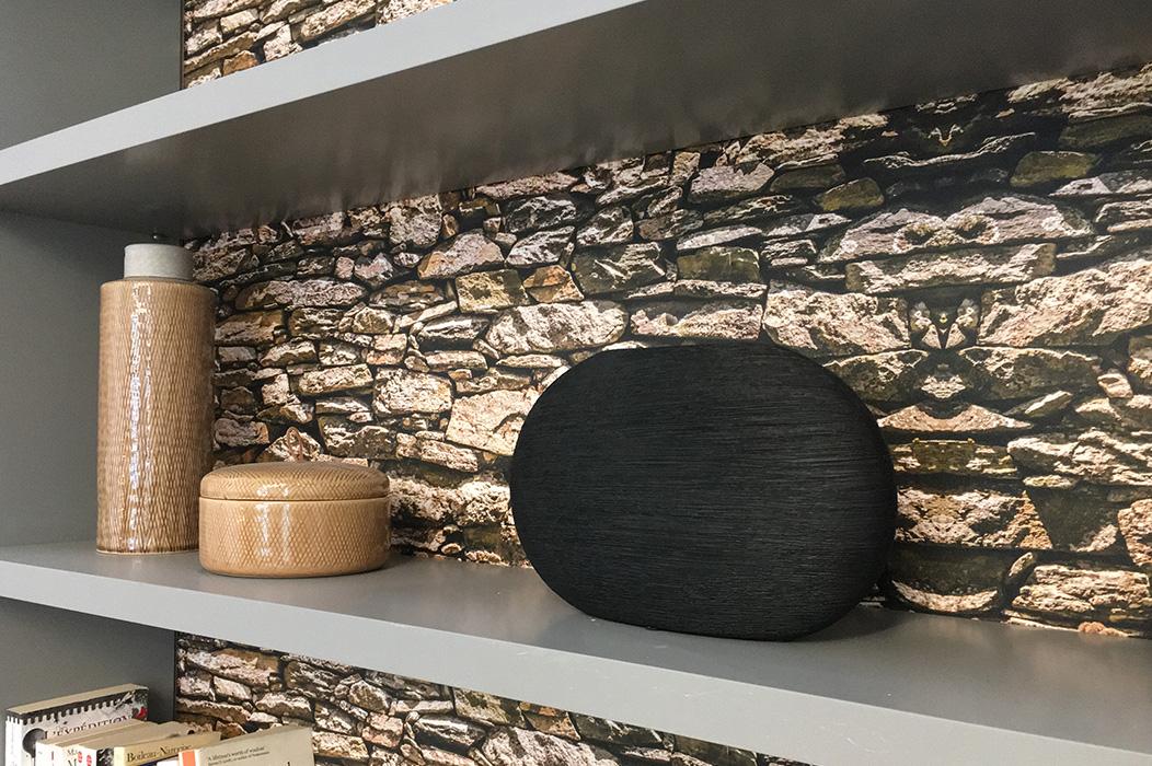 bureau-detail-etagere-papier-peint-imitation-pierres-©-delphineguyart.com